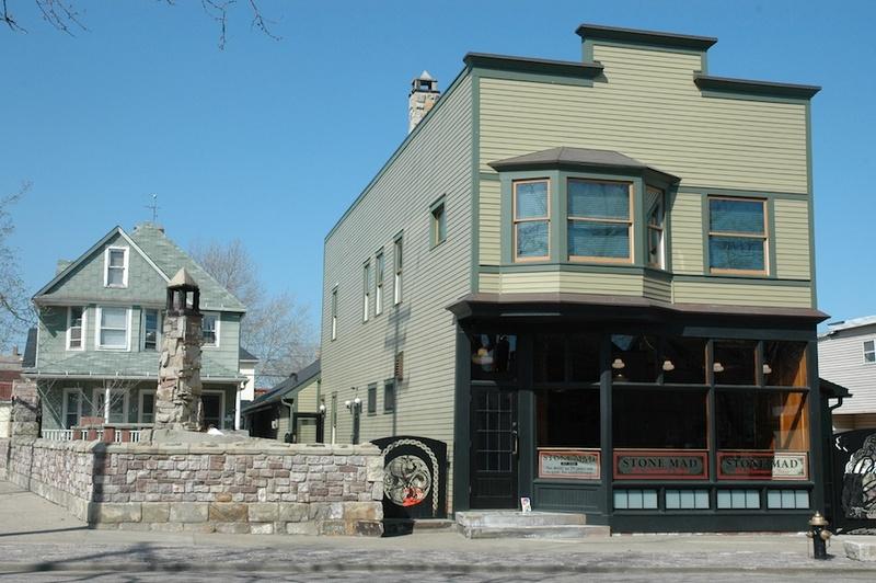 Stone Mad Pub, Exerior