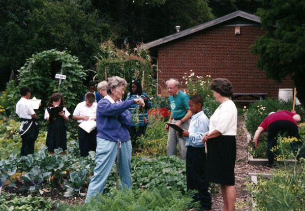 Master Gardeners With Students, 1999